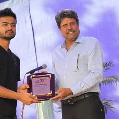 Shri Kapil Dev Gives Award
